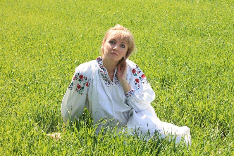 Blonde de la muchacha en la primavera del bordado ucraniano fotos de archivo