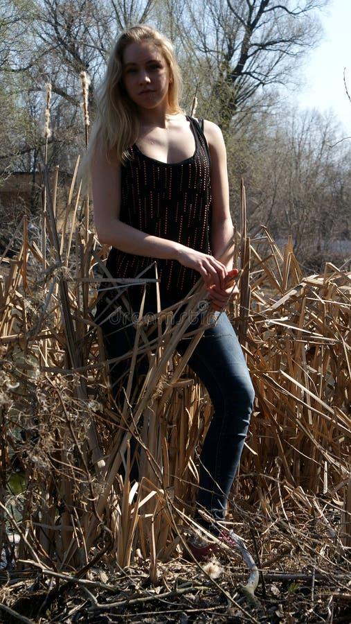 Blonde de la muchacha smilling imágenes de archivo libres de regalías