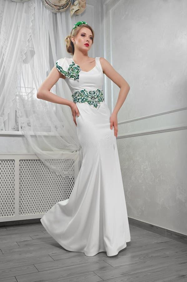 Blonde de la mujer elegante, hermosa, de moda en un dre blanco largo imagen de archivo