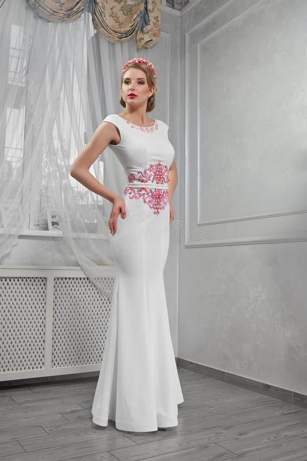 Blonde de la mujer elegante, hermosa, de moda en un dre blanco largo imágenes de archivo libres de regalías
