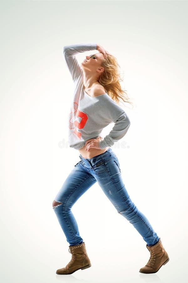blonde de la mujer joven en camiseta y vaqueros foto de archivo libre de regalías