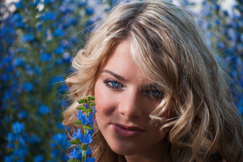 Blonde de olhos azuis foto de stock royalty free