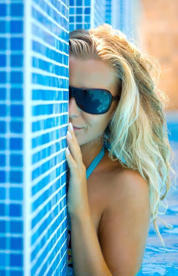 Blonde in de pool royalty-vrije stock fotografie