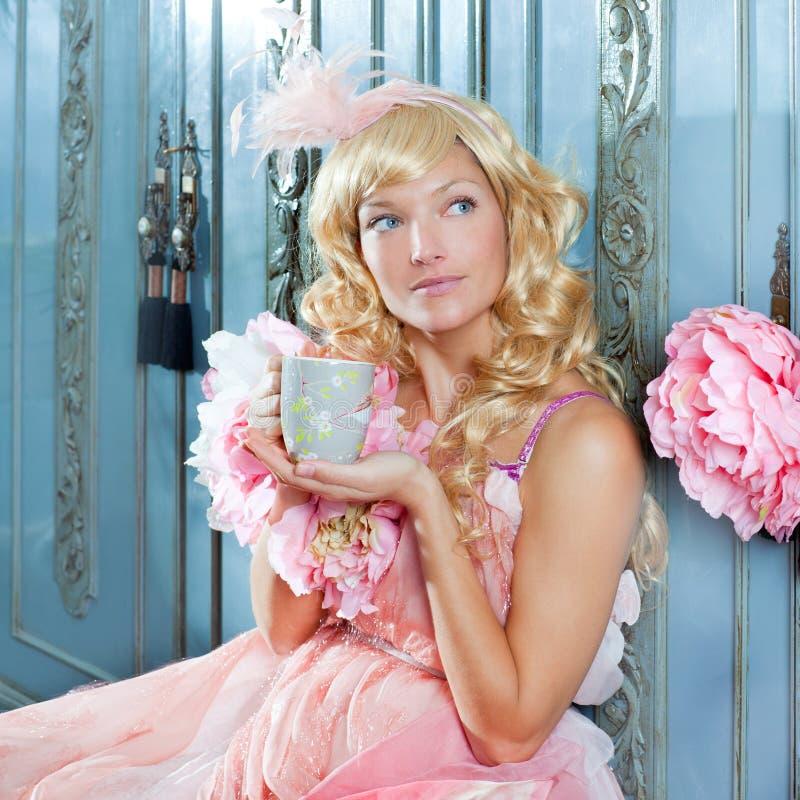 Blonde de vrouw van de manierprinses het drinken thee royalty-vrije stock fotografie