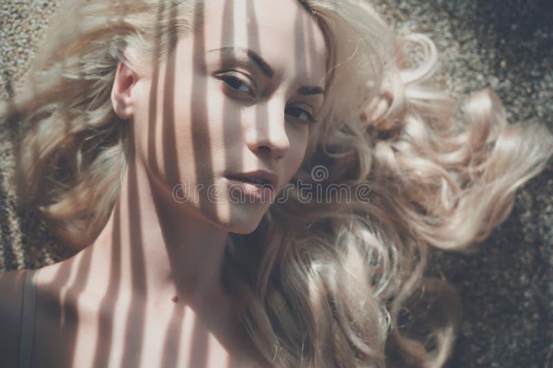 Blonde in de zon stock fotografie
