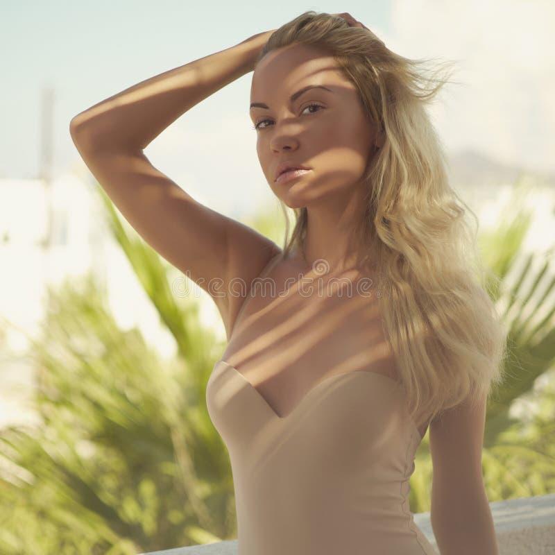 Blonde in de zon stock afbeelding