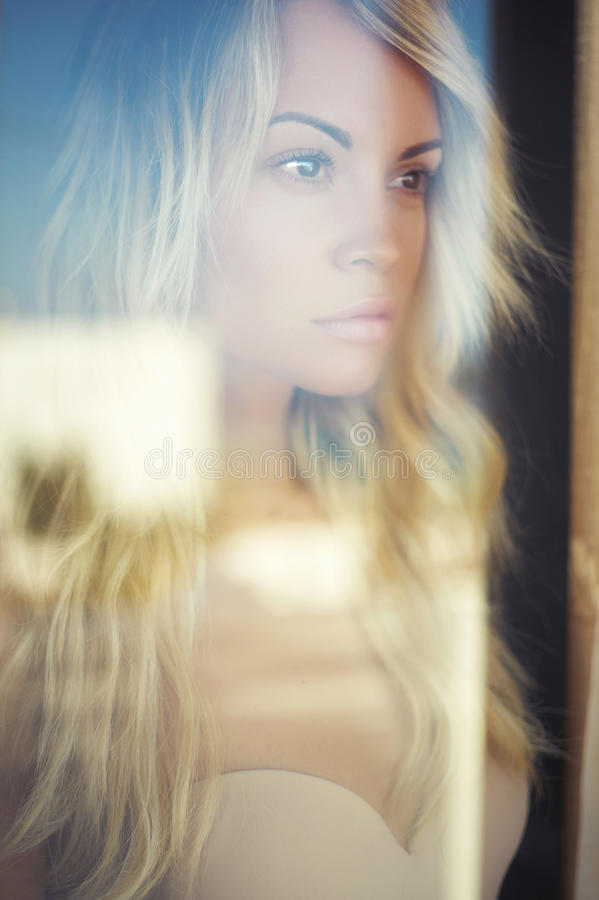 Blonde in de zon royalty-vrije stock fotografie