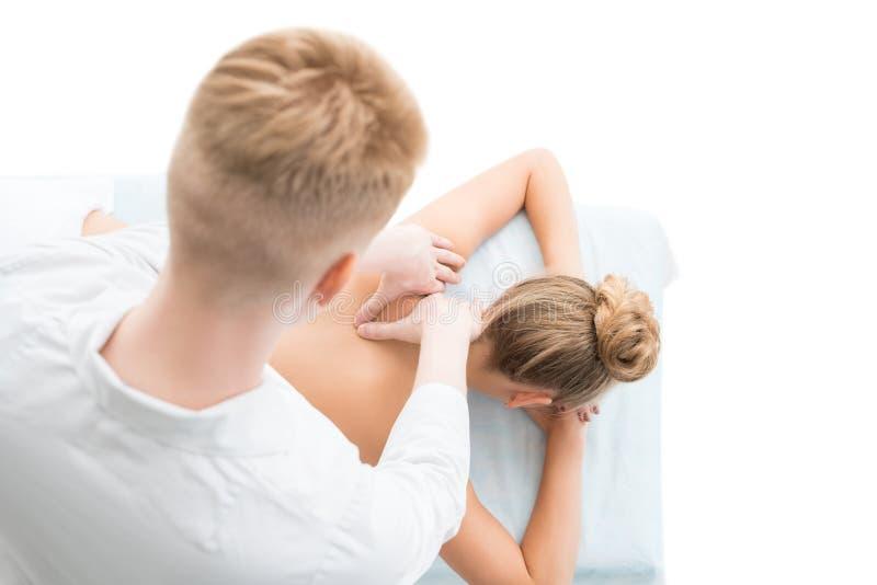 Blonde die door jonge massagist hoogste mening worden gemasseerd royalty-vrije stock foto's