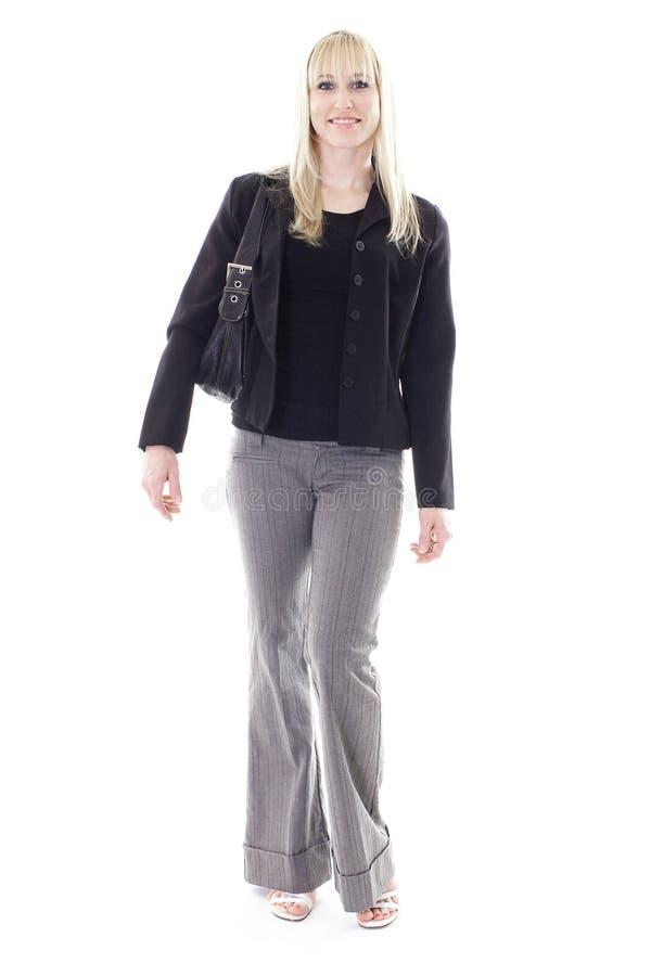 Blonde die met zak loopt stock foto