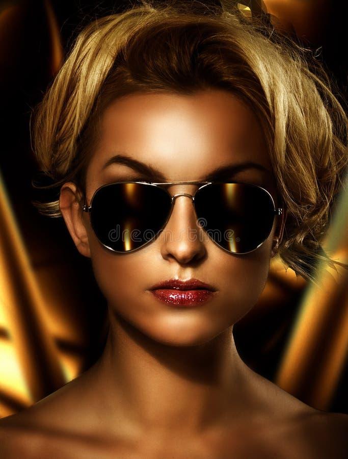 Blonde die modieuze zonnebril draagt stock foto's