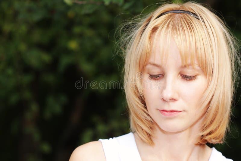 Blonde die starende blik vermindert stock fotografie