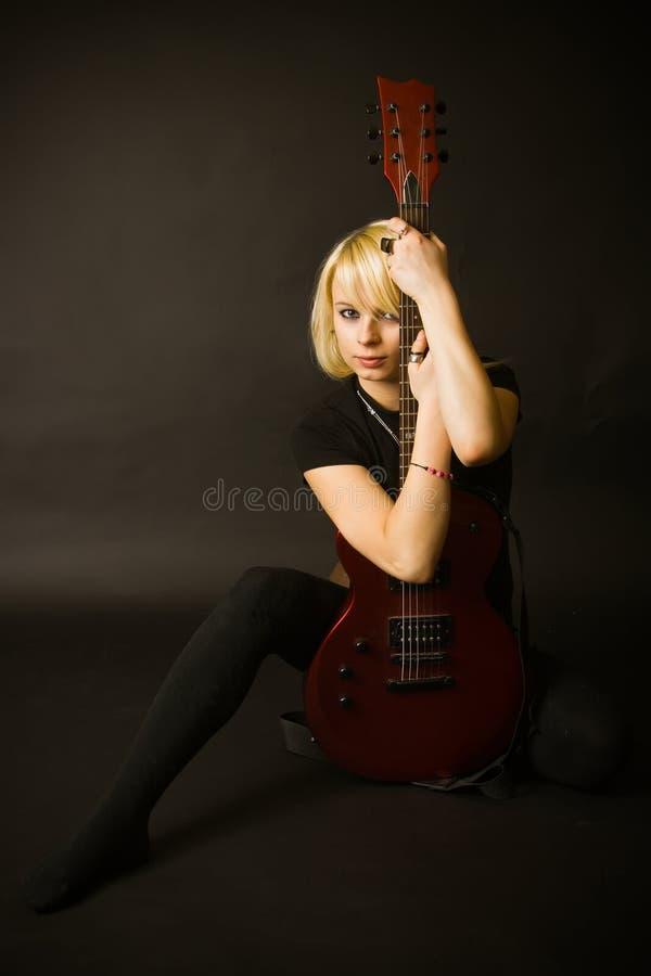 Blonde e chitarra fotografia stock