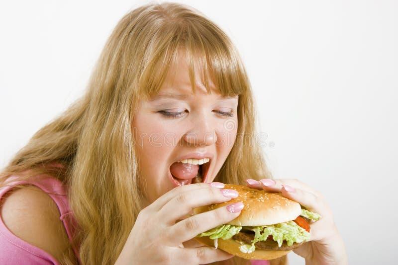 Blonde ed hamburger affamati fotografia stock libera da diritti
