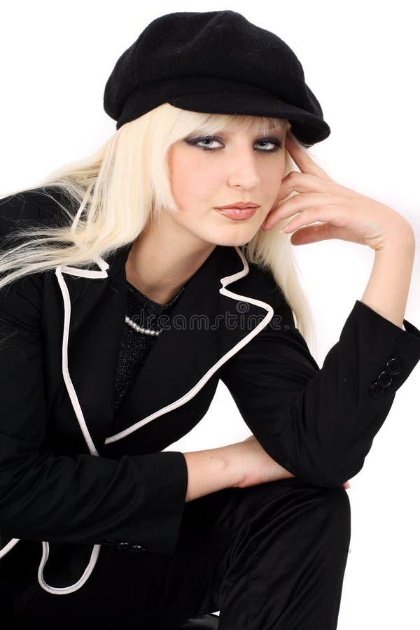 Blonde in een donker kostuum royalty-vrije stock fotografie