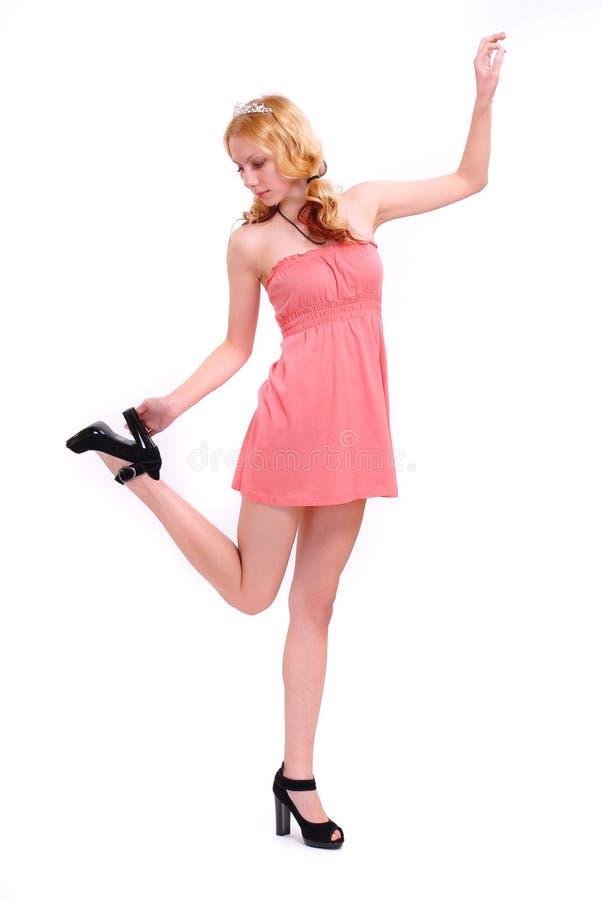 Blonde in een rode kleding stock foto's