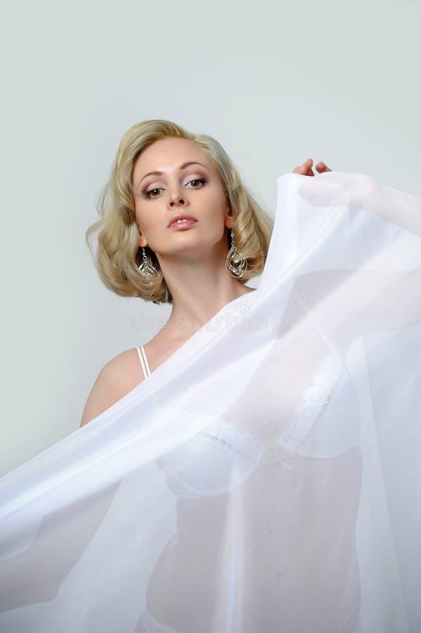 blonde in een zijde sexy peignoir stock afbeelding