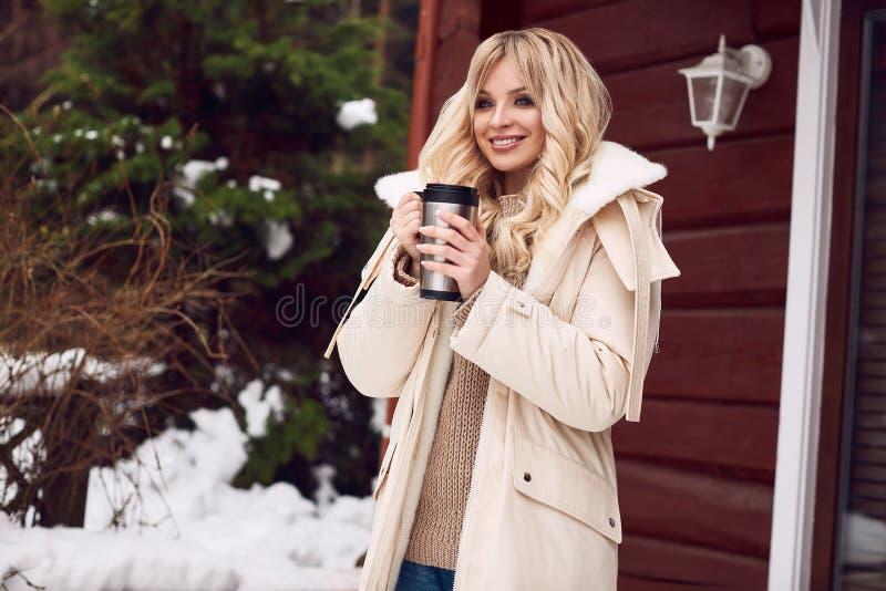 Blonde elegante de Georgeous en vestido brillante con la taza de té foto de archivo libre de regalías