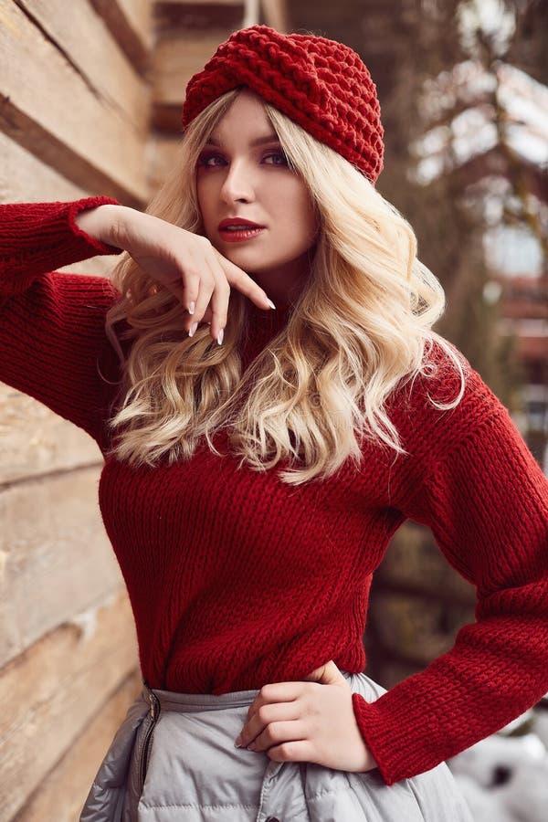 Blonde elegante de Georgeous en vestido y sombrero rojos foto de archivo libre de regalías