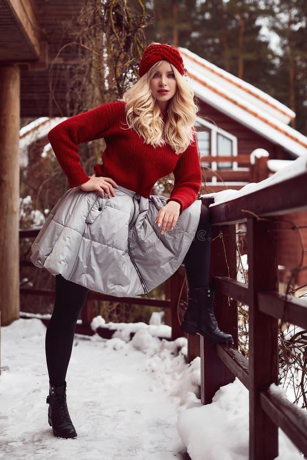 Blonde elegante de Georgeous en vestido y sombrero rojos imagenes de archivo