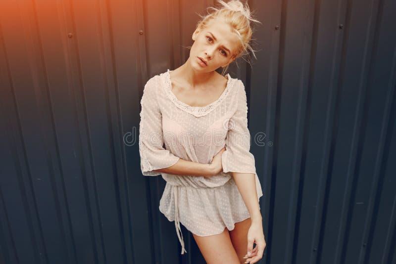 Download Blonde Elegante De La Muchacha Foto de archivo - Imagen de libertad, ocasional: 100534848