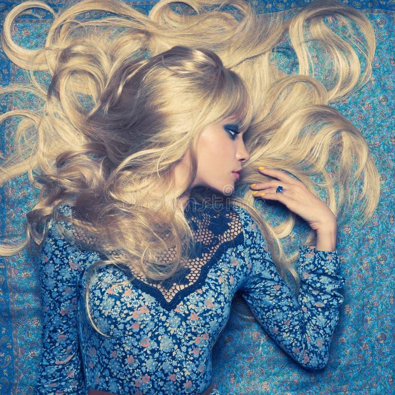 Blonde en azul imagen de archivo libre de regalías