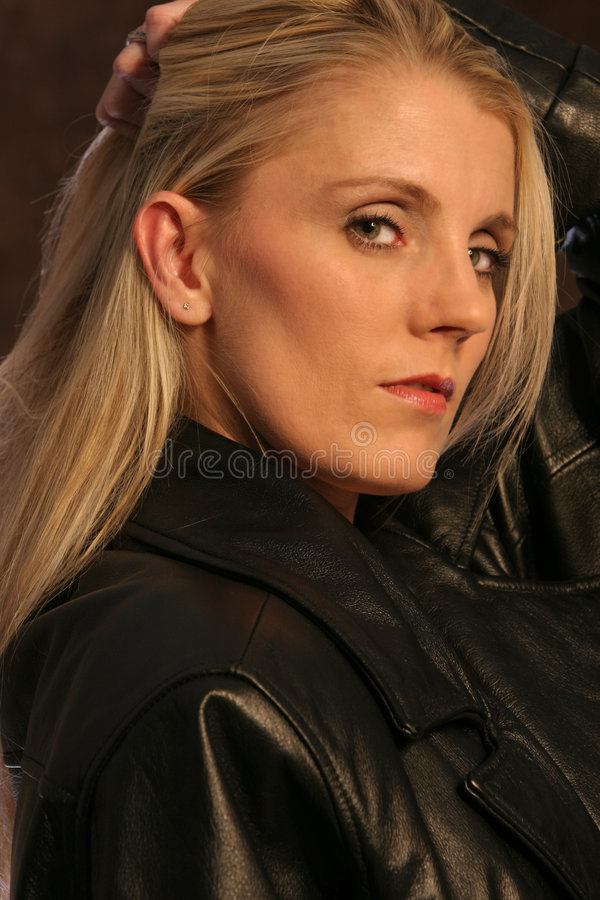 Blonde en cuir deux photos libres de droits