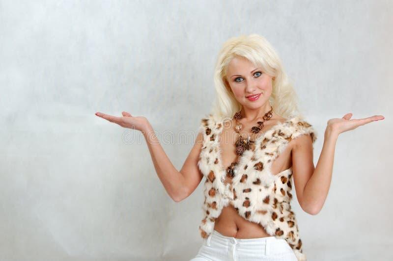 Blonde en fourrure image stock