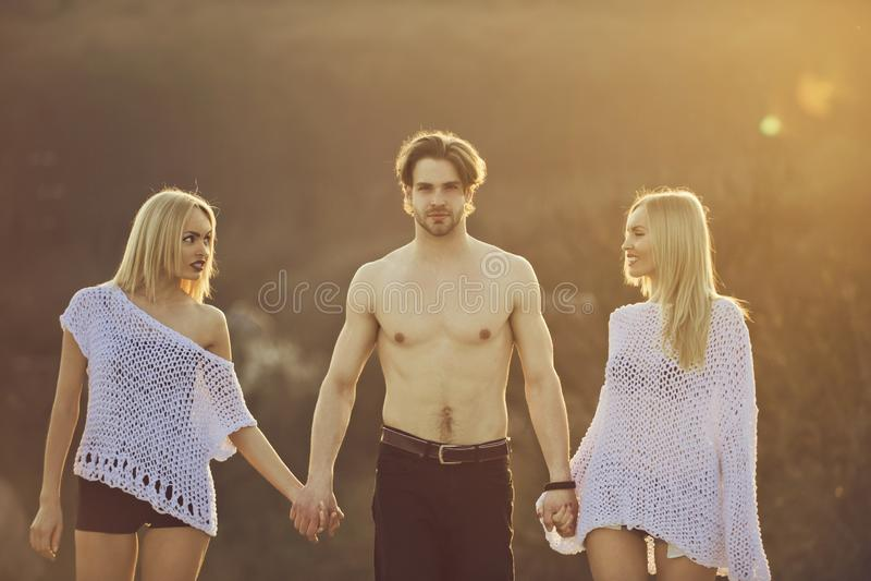 Blonde en kerel met atletische borst stock foto's