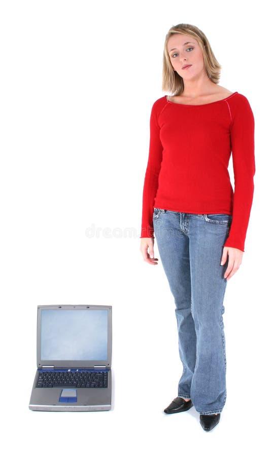 Blonde En Laptop Over Wit Stock Afbeeldingen