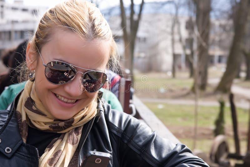 Blonde en mobiel royalty-vrije stock afbeeldingen