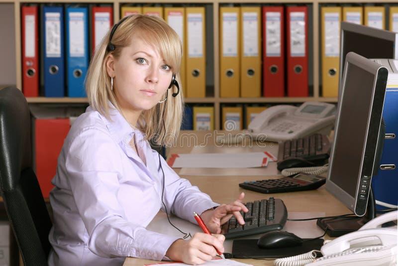 Blonde en oficina foto de archivo libre de regalías