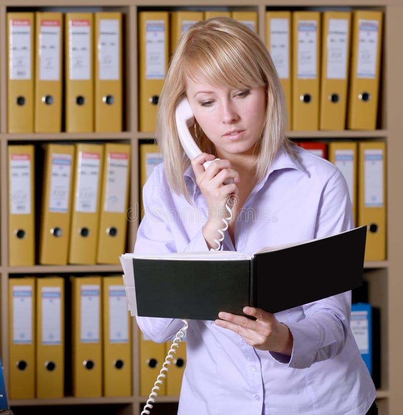 Blonde en oficina fotografía de archivo