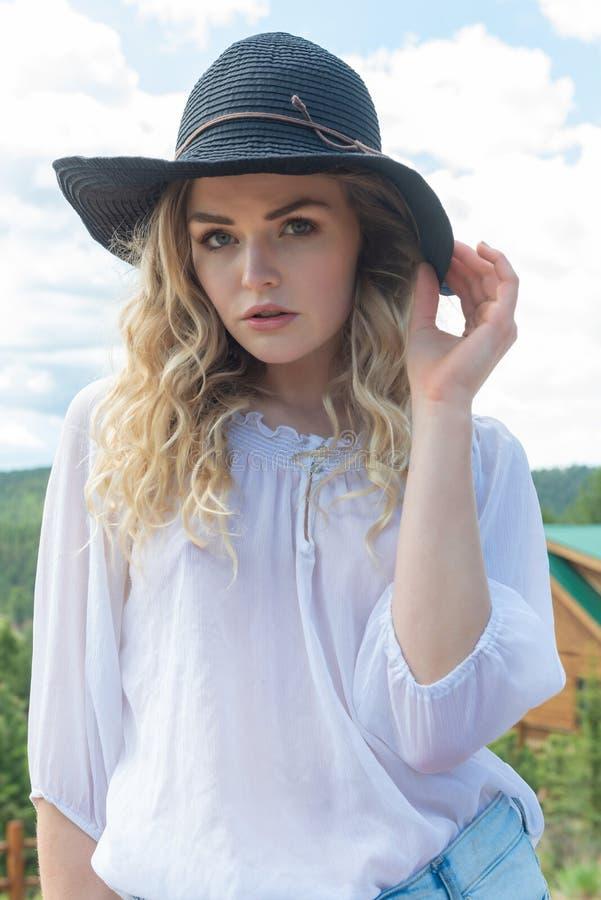 Blonde en rouge et bleu photographie stock