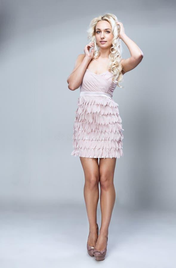 Blonde en un vestido imagen de archivo libre de regalías