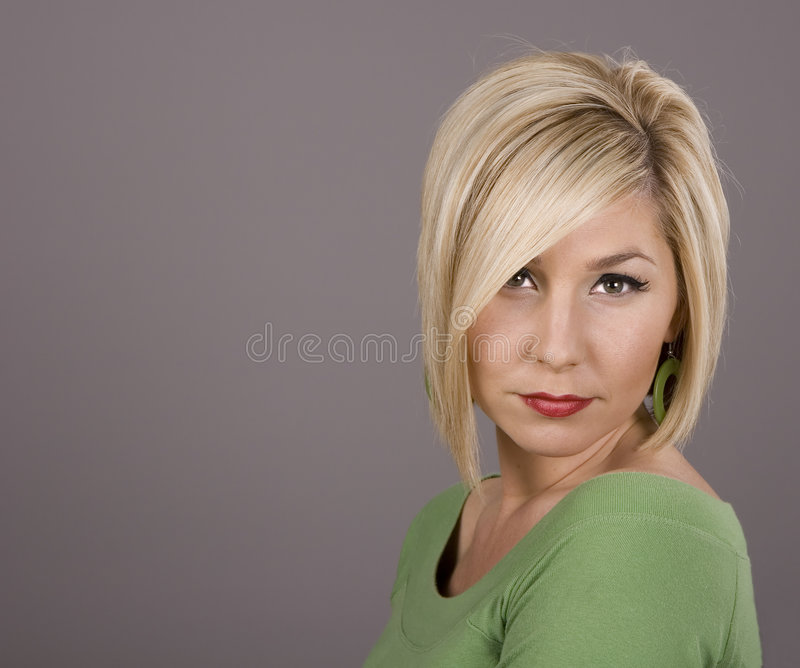 Blonde en vert tout droit photo stock