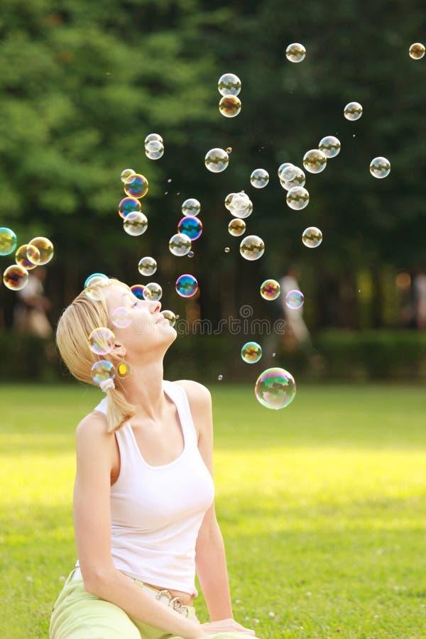 Blonde en zeepbels royalty-vrije stock foto's