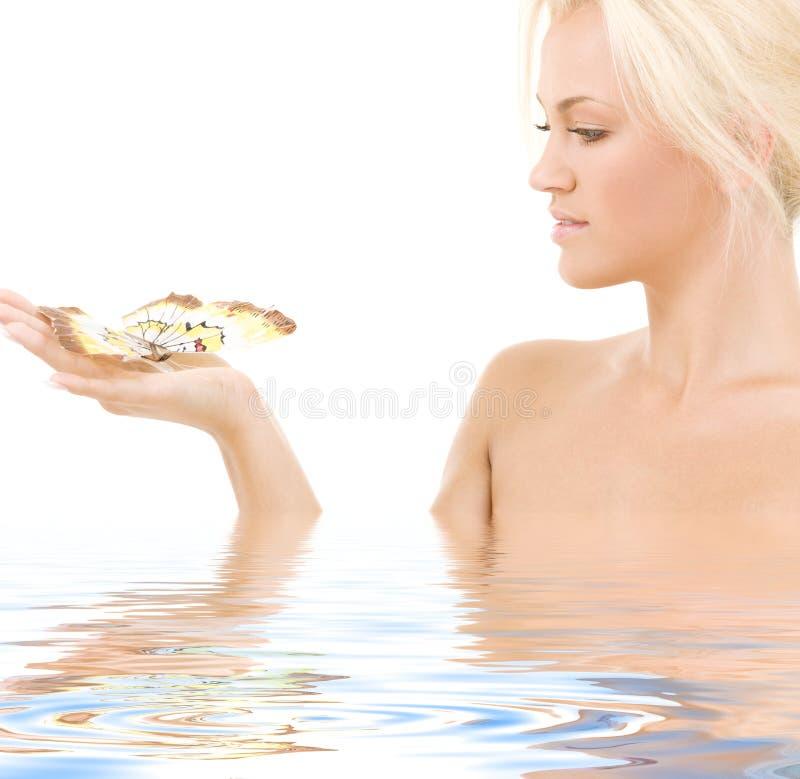 Blonde encantador com borboleta fotografia de stock royalty free
