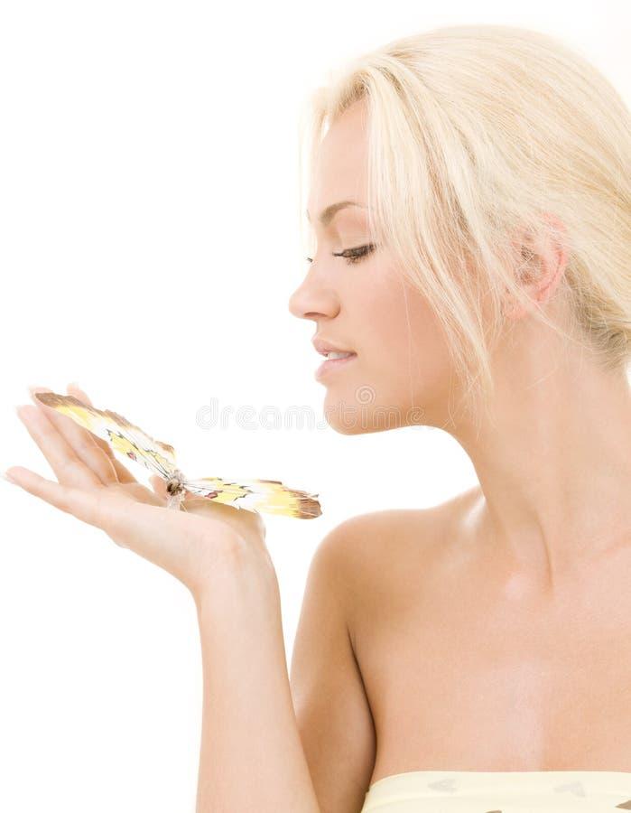 Blonde encantador con la mariposa foto de archivo libre de regalías