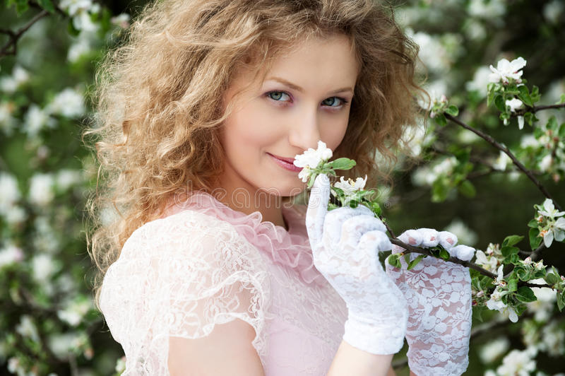 Blonde encantador no jardim de florescência foto de stock royalty free