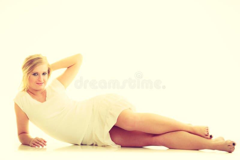 Blonde erstaunliche junge Dame im Wei? stockfotografie