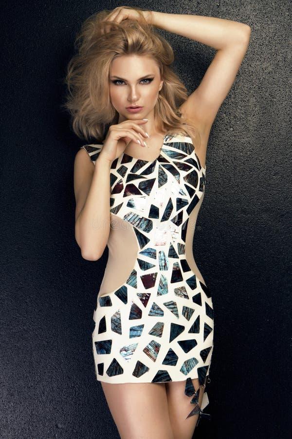Blonde erwachsene Frau, in der Haltung der Versuchung, den Ca betrachtend stockfoto