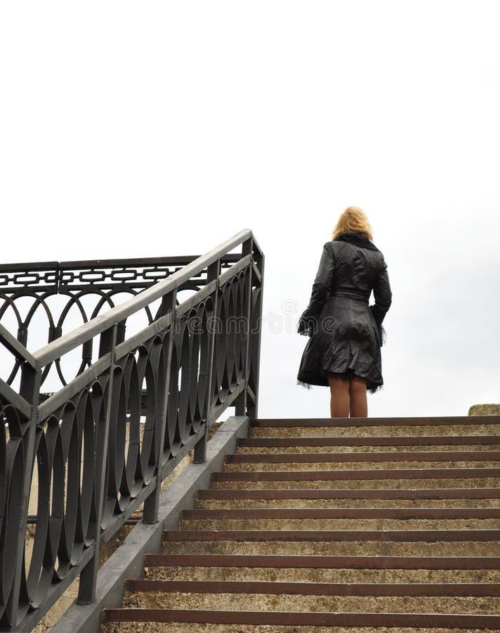 Blonde, escaleras y pasamanos, construcción del metal imagen de archivo