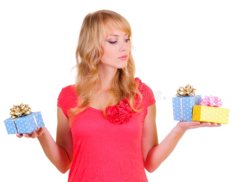 Blonde et boîtes-cadeau photographie stock