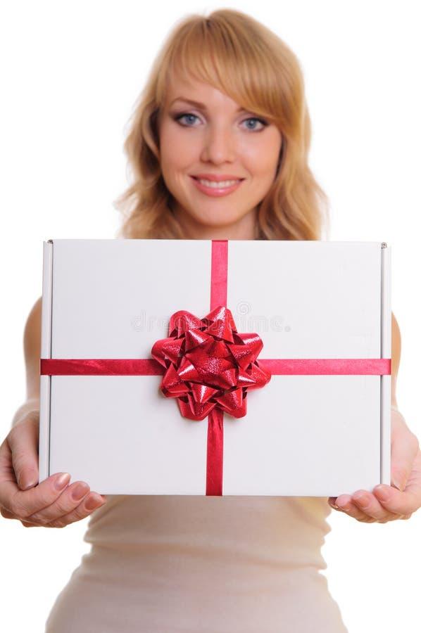 Blonde et un cadre de cadeau images stock