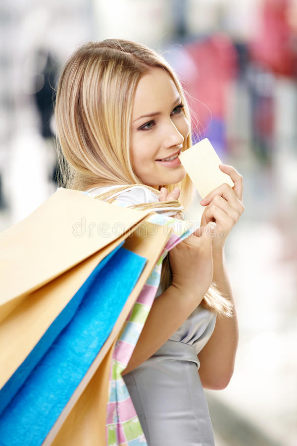 Blonde et un par la carte de crédit images libres de droits