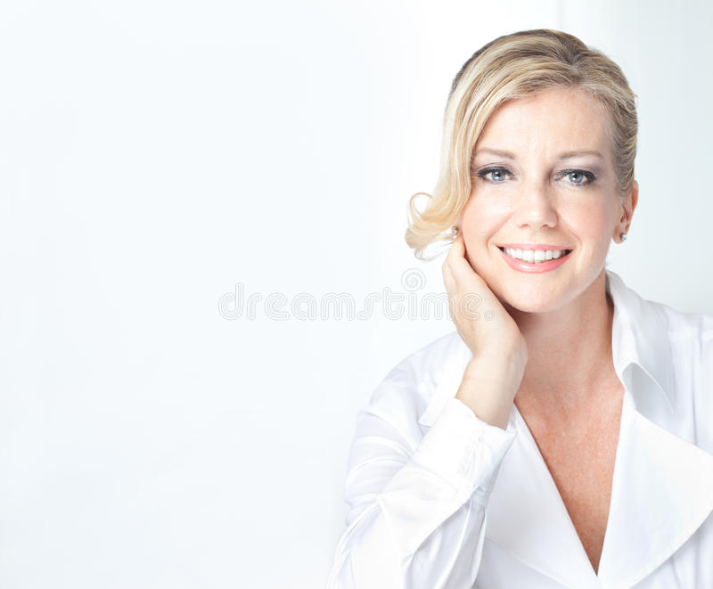 Blonde fällige Geschäftsfrau mit Begr5us$ungslächeln lizenzfreie stockfotografie