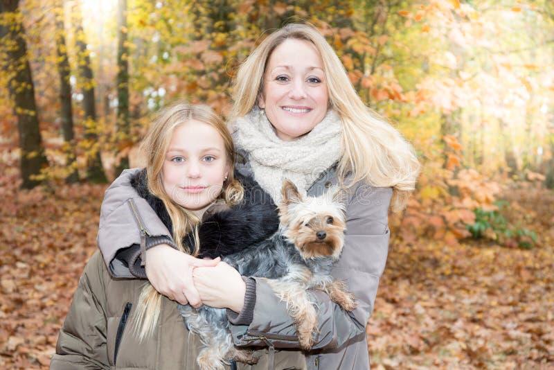 Blonde familie in de herfstpark in openlucht royalty-vrije stock afbeeldingen