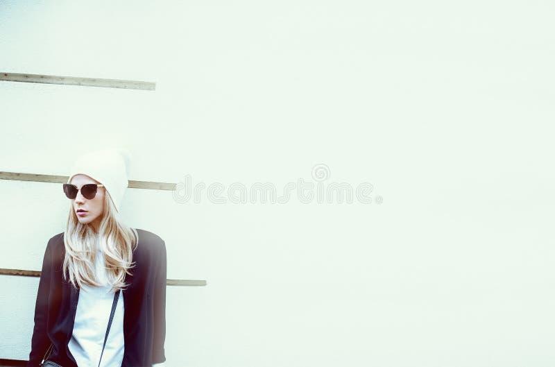 Blonde fascinante sur la rue style urbain de mode photos libres de droits