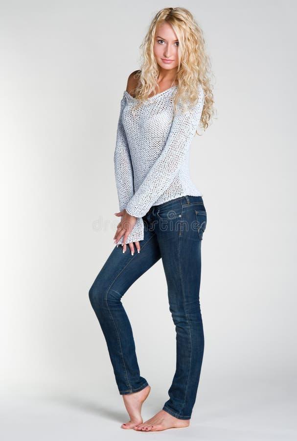 Blonde Frau in den casuals lizenzfreies stockfoto