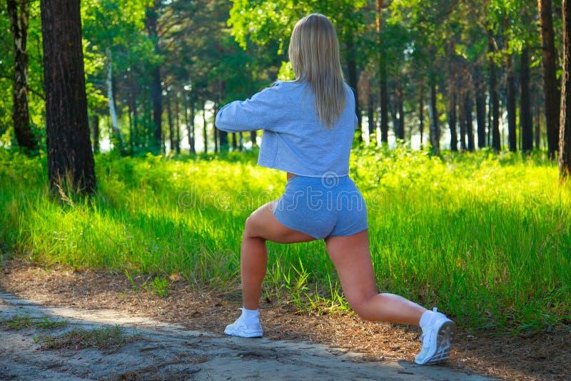 Blonde Frau der attraktiven Eignung, ausgebildeter weiblicher Körper außerhalb der Stadt Kaukasisches vorbildliches gesundes Lebe lizenzfreies stockbild